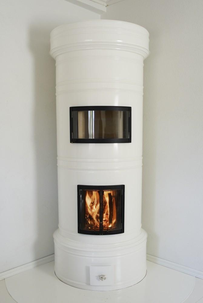 Pönttöuunin alapesässä tulen palaessa lämmittää myös lämpiöuunin.