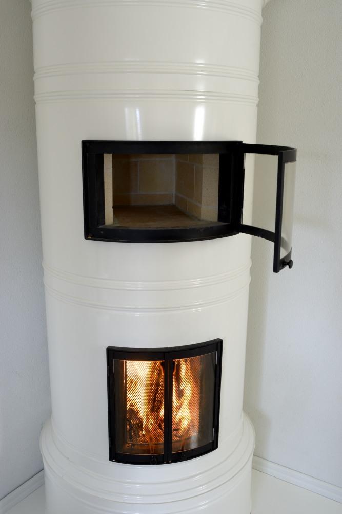 Lämpiöuunin luukkua voi pitää auki ja hauduttaa ruokaa tulen palaessa.